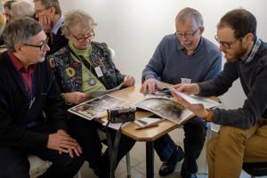 Kenneth, Ninni, Jan och Pelle tittar på de utvalda bilderna.
